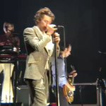 Harry cantando