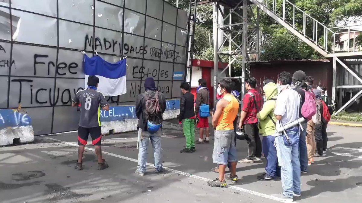 Cantando a Nicaragua el Himno Nacional, pobladores autoconvocados de Ticuantepe dan inicio a una nueva jornada. #SOSNicaragua @laprensa @hoynoticias