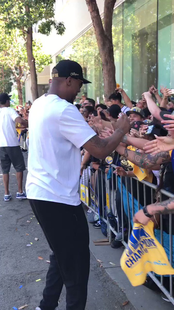 Nothing but LOVE for #DubNation! #WarriorsParade https://t.co/rnUhKELSVf