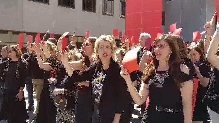 Las @MujeresRtve liderando la protesta de este #ViernesNegro8 en Torrespaña, empujando por unan#RTVEdeTodos de la que sentirse orgulloso. #PenaltiYexpulsion a la manipulación y a los manipuladores