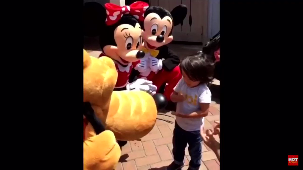 disneyland really is the most magical place on earth.... Minnie realized that this little boy was deaf and communicated with him in ASL 😭💞