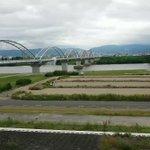 枚方大橋の給水管破裂!!( ; ロ)゚ ゚  #地震 #枚方大橋