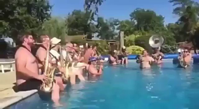 Le dije a mi mujer que pasaría unos días de piscina con amigos desconectando de tanta Sevilla tradicional.....pero....