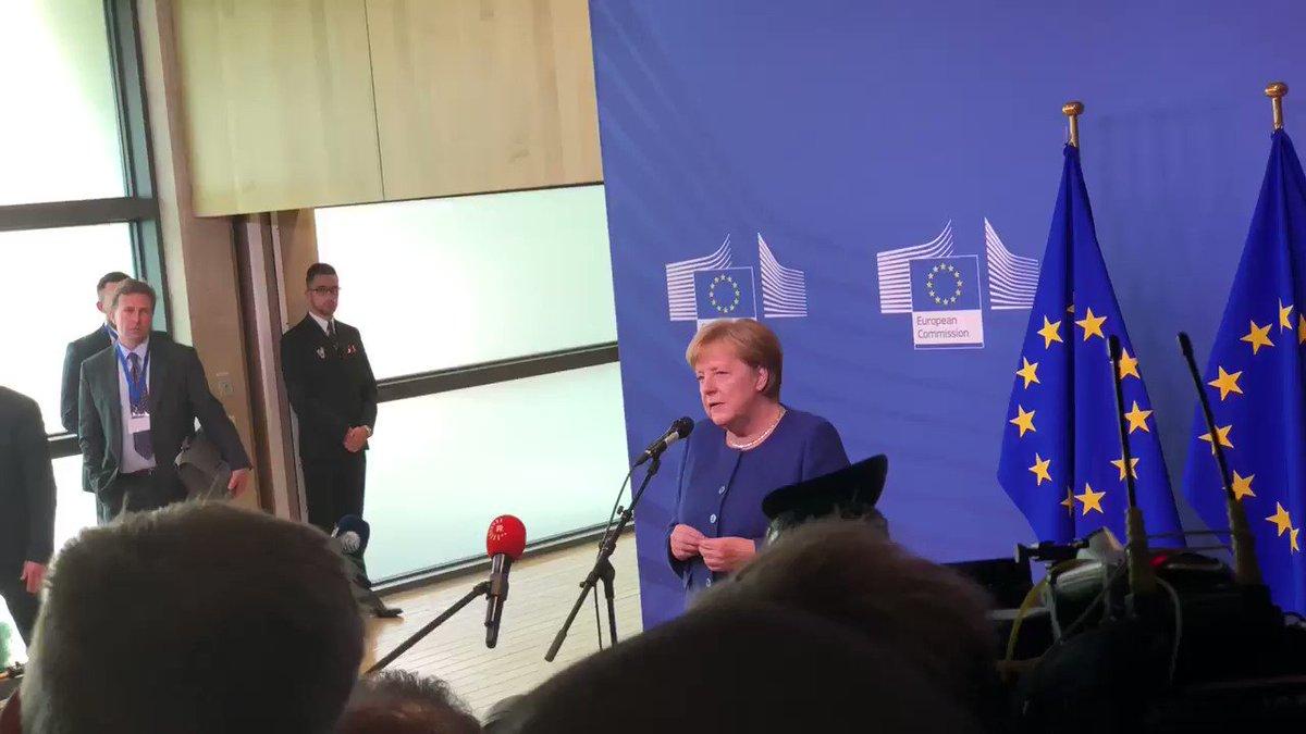"""Kanzlerin Merkel will mit ihren Kollegen besprechen: """"Wie gehen wir fair und ehrlich miteinander um?"""" Weil sie nicht an eine schnelle europäische Lösung glaubt, setzt sie vor allem auf bi- und trilaterale Absprachen:"""