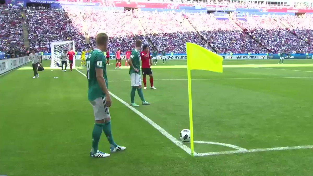ドイツのコーナーキックの場面。  トレーナーはクロースの後ろを通って行く中、韓国の選手はなんの躊躇もなく前を通った。  こういうことなんだろうな。