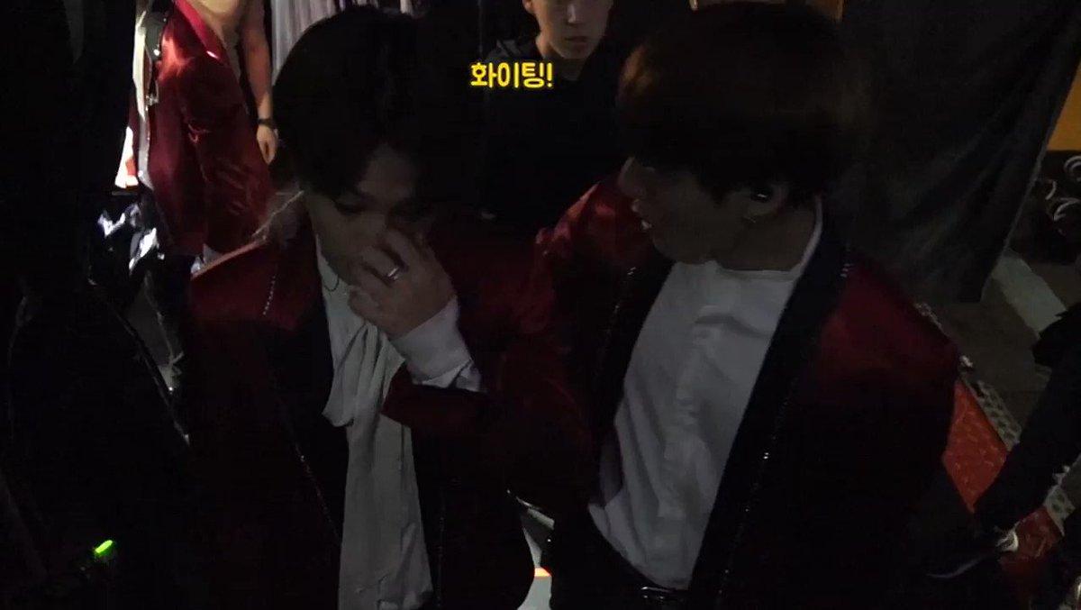 """Jungkook estaba dándole ánimos a Jimin diciéndole """"fighting"""" pero por los gritos de las fans él no lo podía escuchar. Asi que Jungkook lo atrajo más cerca para decírselo al oído :("""
