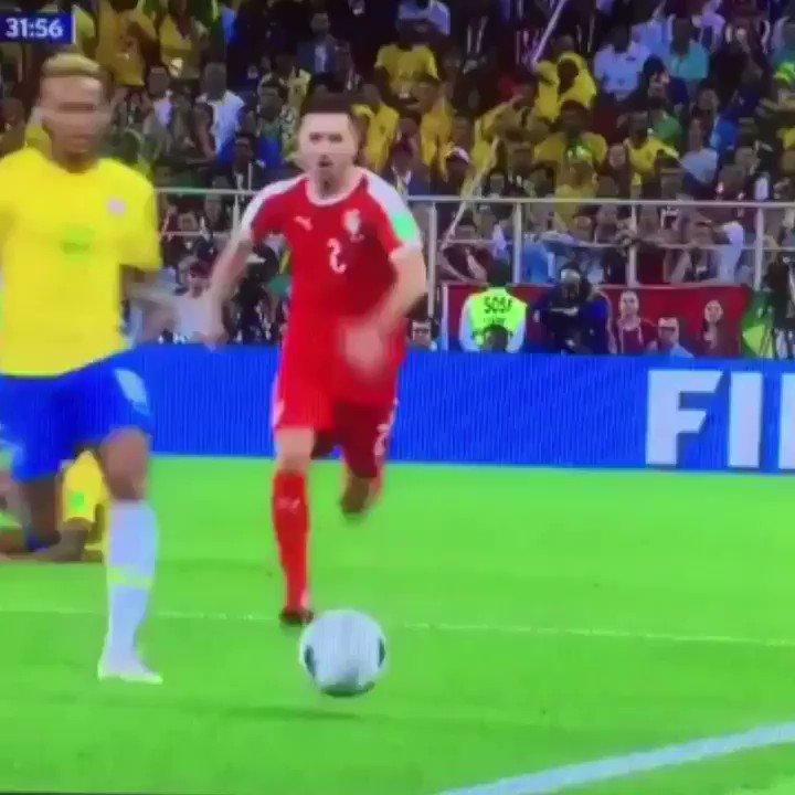 Neymar keeps rolling rolling rolling rolling (🎥: @rayrod747 )