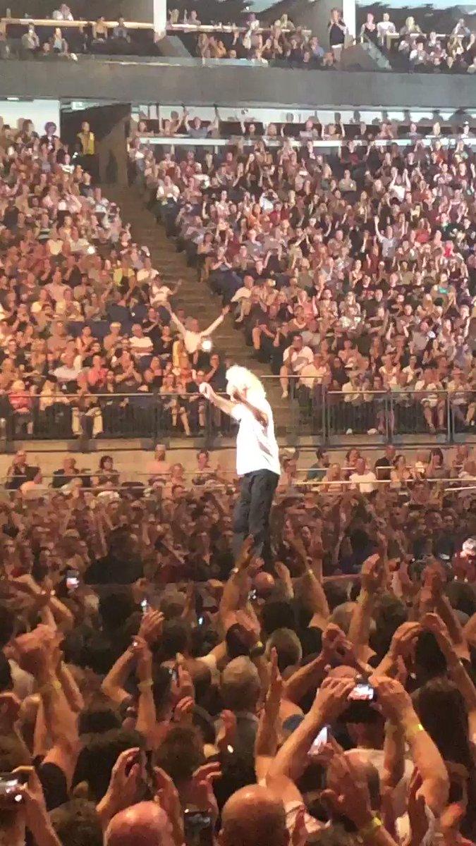 Fun with the great Brian May. #queen #adamlambert #RockAndRoll #amazingnight #concert #music #guitaristpic.twitter.com/kOZIlckwrX