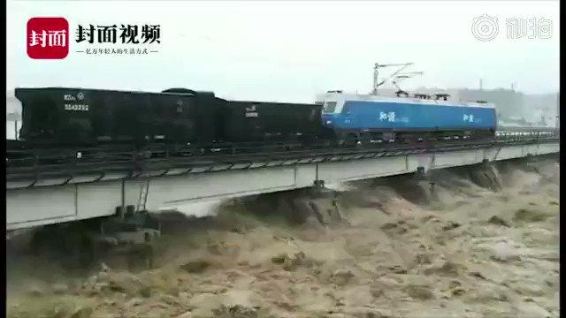 中国四川省綿陽も歴史的な大雨により大洪水に見舞われ、大変なことになっています。中国鉄路成都局は川の増水により鉄道橋が崩壊することを防ぐため、45両編成の貨物列車により橋に重量を掛け安定させたというニュース。