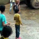 タイヤを使った斬新な遊びをする子供w