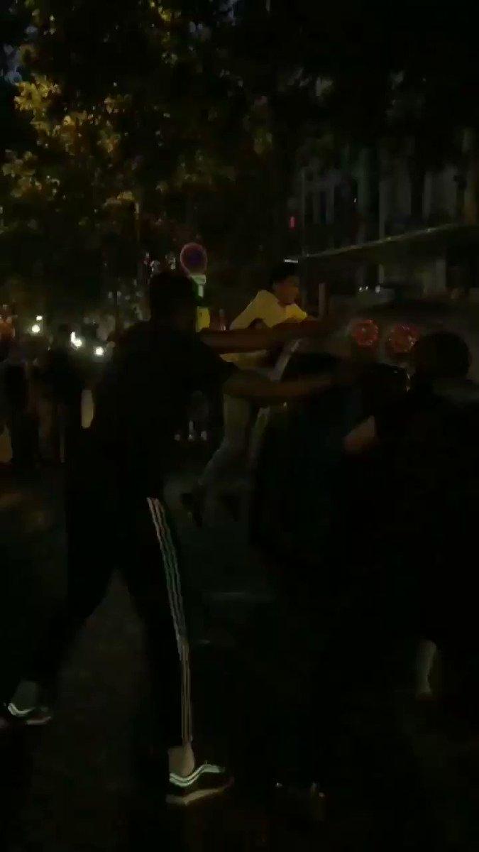 #VIDEO Varias personas vuelcan un coche en el centro de #París. https://t.co/jLzdBSuaIN