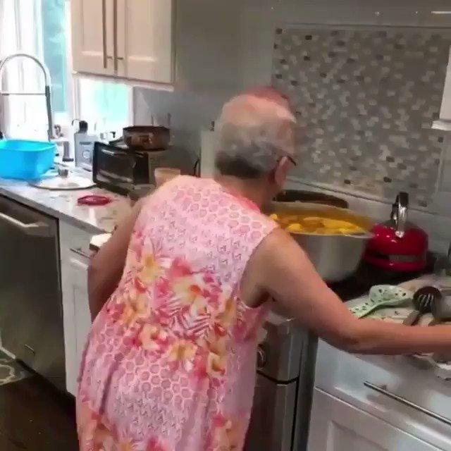 Annem evde yok ve mutfak bana kaldı