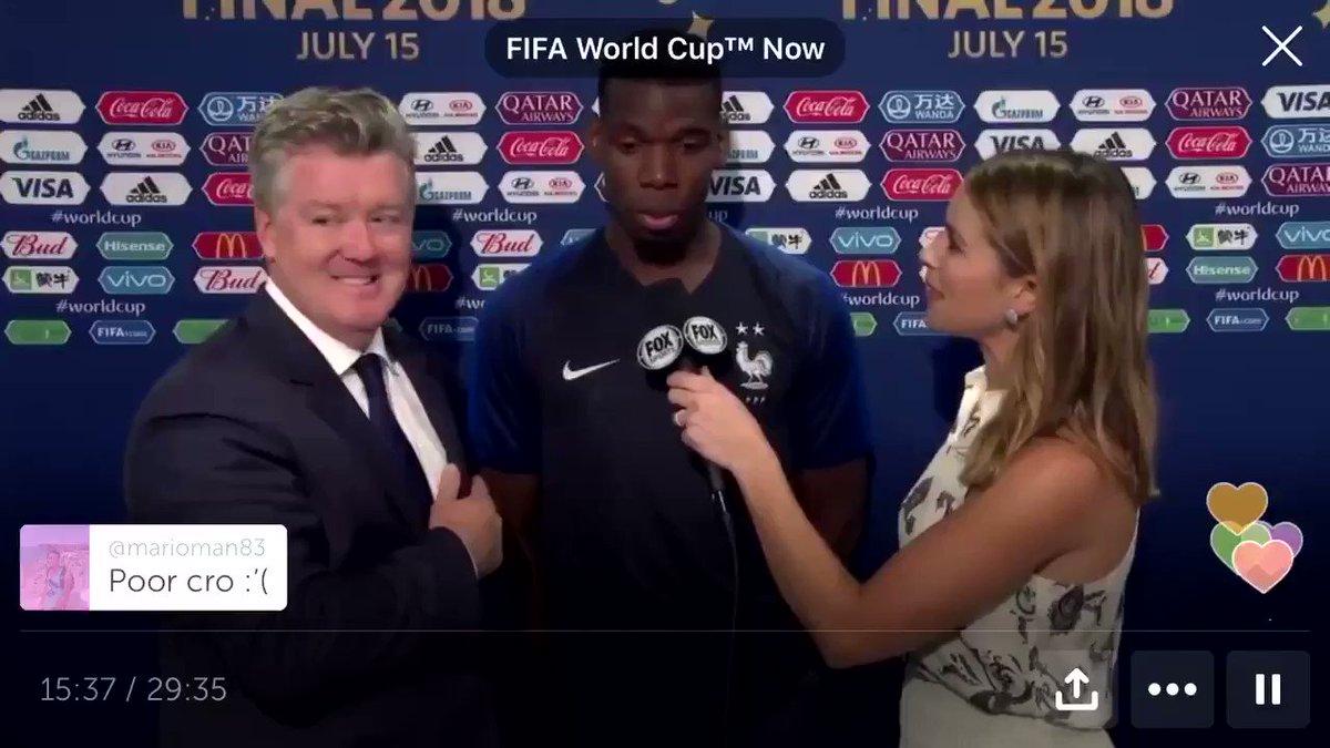 """บอกรักข้ามทวีป! ในขณะที่ฟ็อกซ์สปอร์ตสัมภาษณ์ พอล #ป็อกบา หลังฝรั่งเศสคว้าแชมป์ #ฟุตบอลโลก2018 อยู่นั้น อองตวน #กรีซมันน์ ดาวยิงทีมตราไก่ ก็เดินมาแย่งไมค์และประกาศออกสื่อ""""ฉันรัก เดอร์ริก โรส""""นักยัดห่วงดาวดังแห่ง #NBA ที่เขาเคยไปเชียร์ถึงขอบสนามและแลกเสื้อมาแล้ว @TNAMCOT"""