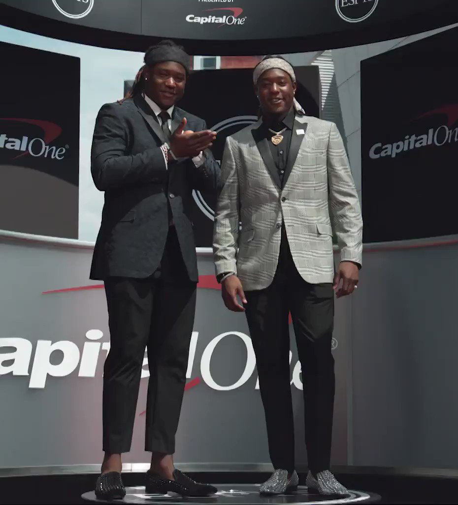 Shaquem and Shaquill Griffin in a battle of 'Who Wore It Better?' at the #ESPYS.  (��@CapitalOne) https://t.co/fkMiRsmXoB