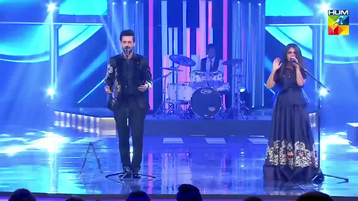 Throwback to Q Mobile HUM Style Awards 2017. Atif Aslam and Qurat ul ain Balouch paid tribute to Abida Parveen. 🎤🎼  #AtifAslam #QB #HSA #QHSA17 #HumStyleAwards #AbidaParveen @itsaadee  @Quratulainb