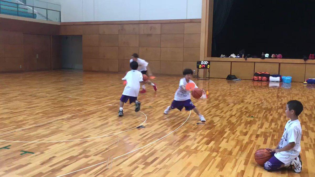 【スクール置賜校】 本日は置賜スクールに秋山選手が来てくれました!!🏀 こちらのグループではドリブルをしながら周りを見る練習をしています!!