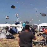 いやすごいなこれ!竜巻のせいで舞い上がるテントがスローに見える!