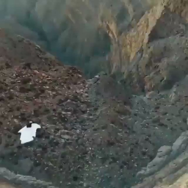 Hold my beer while I fly down this mountain. (🎥 via @Aviationdailyy)