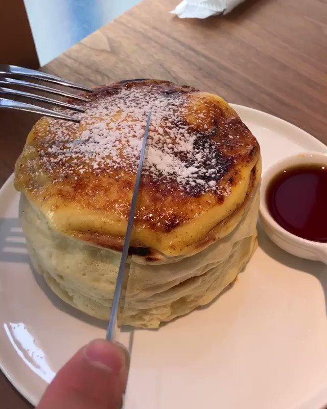 東京都国分寺にある「eggg cafe」の、中には濃厚なカスタードが入り、表面を香ばしくブリュレした「ブリュレパンケーキ」✨高品質の「幸せなたまご」を使用し、カラメルソースをかければ至極の一品です!