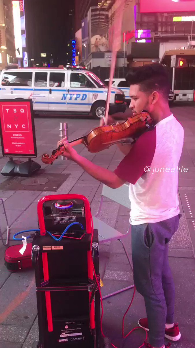 When New Yorkers hear a violin 🤣🔥🎻