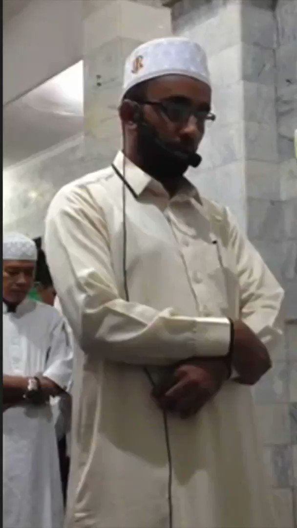 This remarkable video showing an imam continuing to pray as a Bali mosque is hit by an earthquake has gone viral
