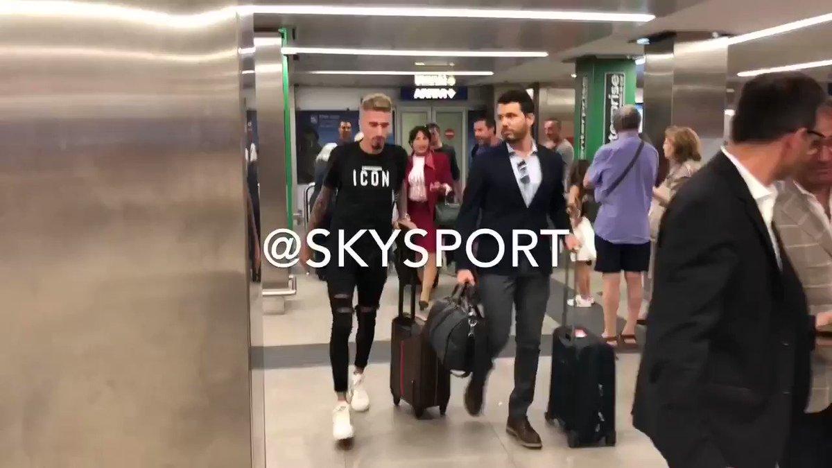 """#Milan, ecco #Castillejo: giocatore in arrivo dal #Villareal atterrato ora a Milano, domani le visite mediche. """"Sono molto felice"""": le prime immagini e le prime parole su @SkySport e @DiMarzio #calciomercato  - Ukustom"""