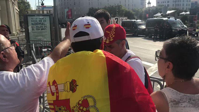 Un grup d'espanyolistes increpa un noi amb una bandera dels presos polítics https://t.co/tlwWSFjW0K https://t.co/UvDm9mtSBO