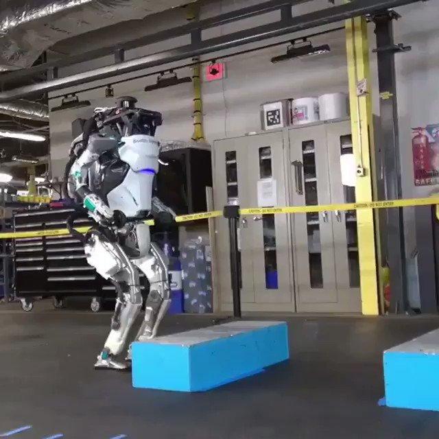 Takla atabilen insansı bir robot! Boston Dynamics, en son versiyon Atlas insansı robotunun sadece atlama, zıplama ve dönebilme değil, aynı zamanda bir jimnastikçi gibi tam bir takla atabildiğini gösteren bir videosunu yayınladı. Ve evet, hem etkileyici hem de sinir bozucu! 😊