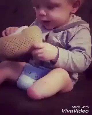1 yaşındaki çocuk kendi protezini takıyor...İnsanın içinde birçok duygu birbirine karışıyor😶