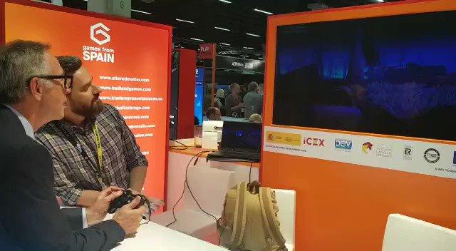 🎮 José Guirao, ministro de Cultura y Deporte, se pone en la piel del último zorro con vida de la Tierra, gracias al juego español #endling de @HerobeatStudios #impactoambiental #gamescom2018