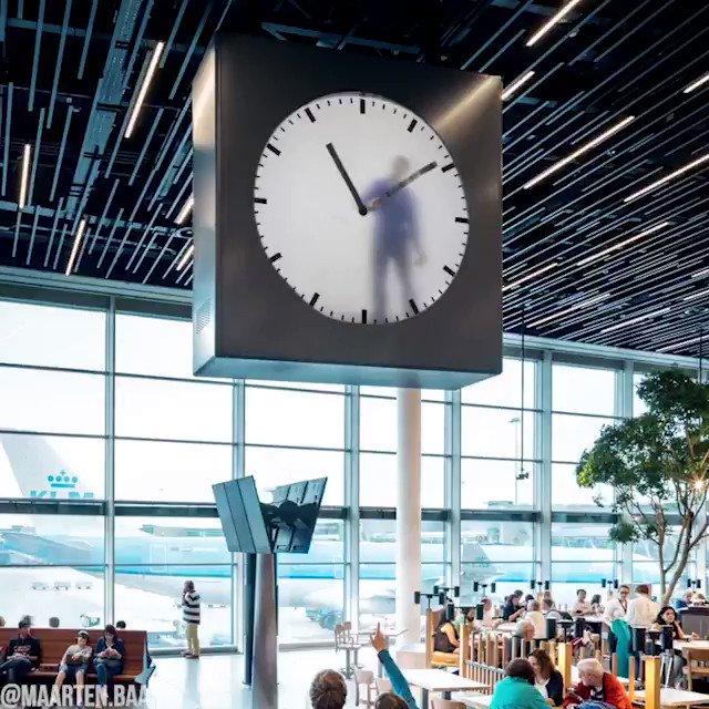 アムステルダムの空港にある時計は毎分ごとに中の人が手描きしていて裏口には作業員出入り口がある