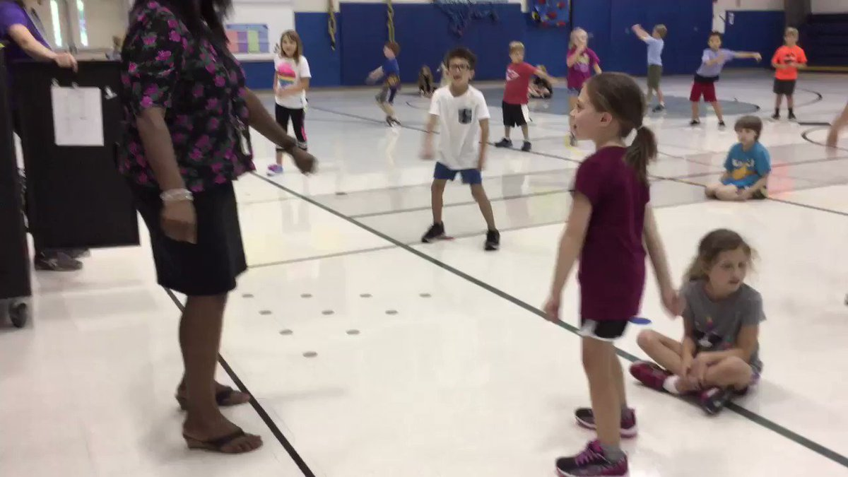 "1st grade Ss teaching @Dr_TParker ""The Floss."" #SappKidsRock @SappFlyers #lindberghlearns"