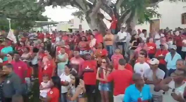 Eu estava todo concentrado no discurso para uma praça lotada em #Araçás e olha o que aconteceu! pic.twitter.com/JOiXIQGJNu