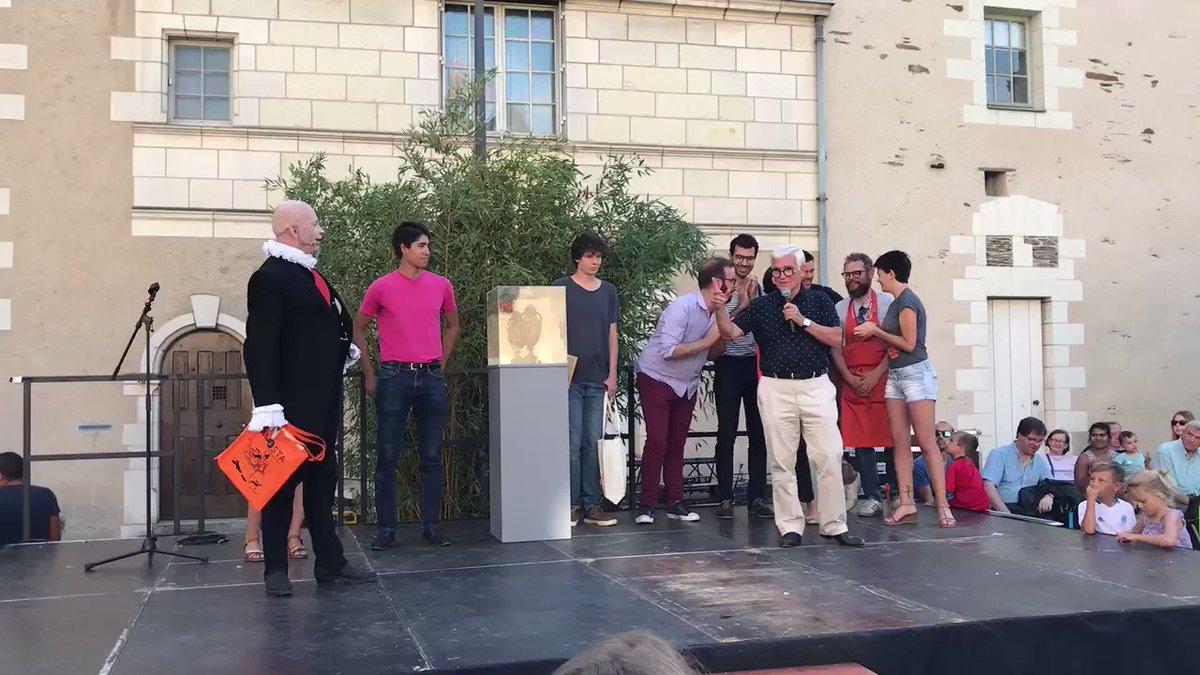NB : C'est donc le #Breton (du sud) de l'étape #AccrocheCoeurs -2018 - LUCAS qui, après avoir remporté le prix du public, remporte à l'unanimité du Jury, le Championnat du monde de conversation ! Gourc'hemennoù Kampion ! #Angers 🏆