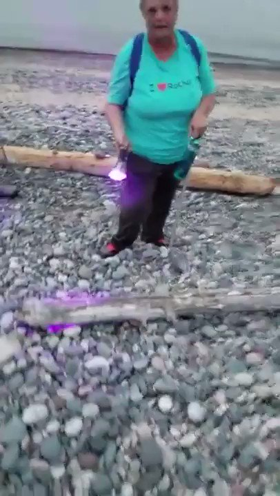 【未知】発光する新種の鉱物「ユーパーライト」が幻想的‼︎アメリカのミシガン州にあるスペリオル湖湖畔で2018年に発見された衝撃の鉱物。「ユーパーライト」と名付けられたこの輝く石は紫外線を浴びることで発光する。