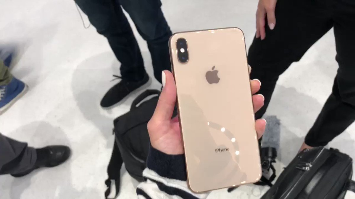 Here it is! The new gold iPhone X's Max! https://t.co/9wLu2Ri1Ou