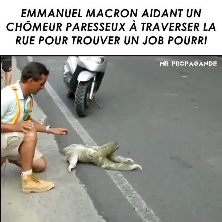 Pole emploi en Marche traverse la rue avec Macron Ogy2O0IAeurpDk1V