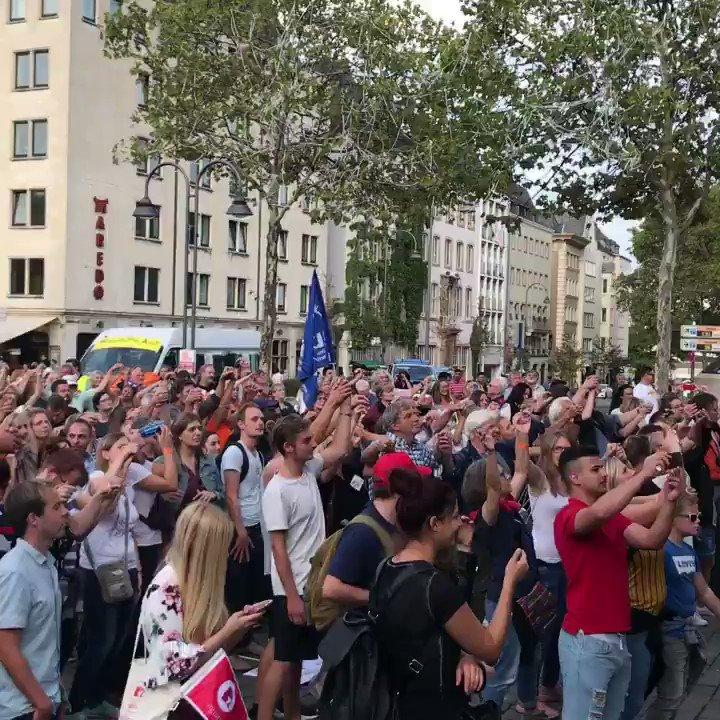 Wir sagen Danke für diesen gelungenen Tag und diese unglaubliche Anteilnahme. Rund 12.000 Menschen waren heute für ein vielfältiges und offenes Köln auf den Straßen. Aufnehmen. Hierbleiben. Solidarität. Köln zeigt Haltung. Danke Köln! #koelnzeigthaltung #wirsindmehr #solidarität