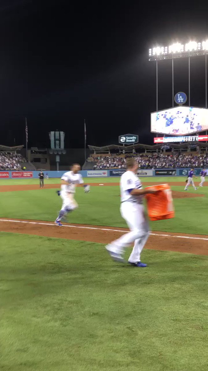 COME ON HOME, CHRIS! #WALKOFF! https://t.co/GITqq6audC