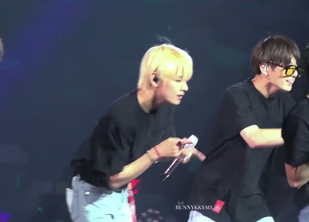 from this angle it looks like jeongguk's checking out taehyung's ass my LUNGS https://t.co/wN9X5rCa76