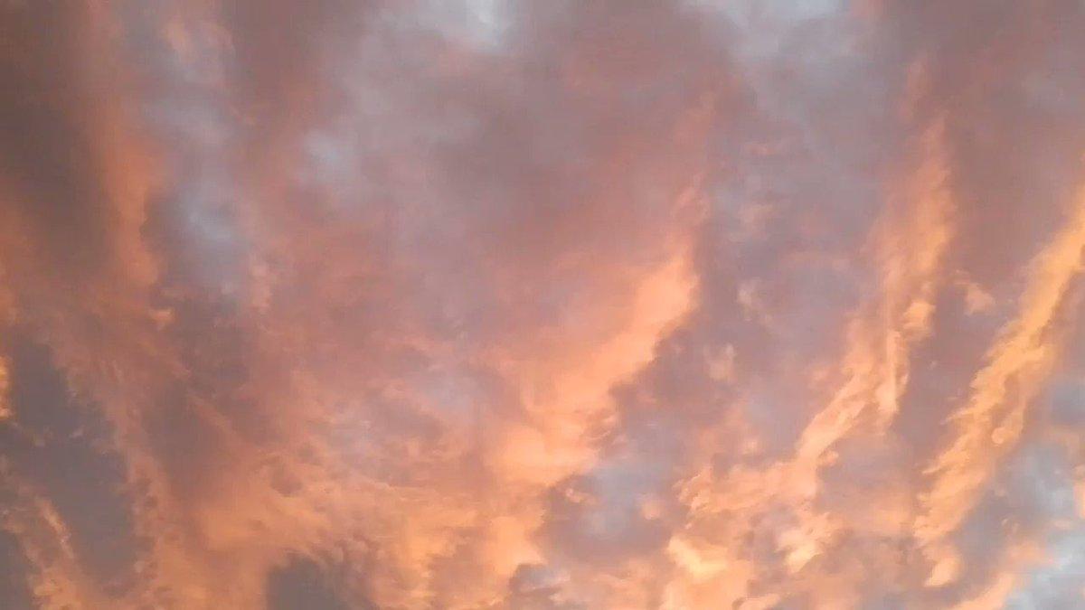 Non è un incendio. È il cielo di #Vienna due minuti fa.  - Ukustom