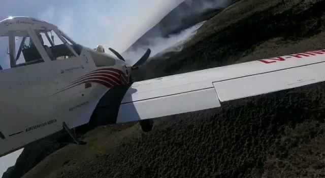 Incendio cerro Arco: el fuego avanzó al cerro Gateado, no representa riesgo, aunq no puede ser sofocado x los aviones hidrantes debido a las ráfagas de viento del sur// intentan q no llegue a la ruta provincial 3, informó #BomberosVoluntariosDeLujan @mendovozok #Mendoza