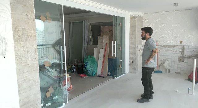 Veja a praticidade para abrir e fechar a porta de vidro feita pela equipe da Construglass.  Quer ver mais vídeos? Visite nosso canal no Youtube:    #decoracaocomvidro #vidro #corrimaodevidro #portadevidro #envidracamentosacada #esquadriasdealumínio
