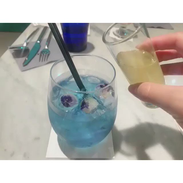 東京駅近くにある「ザ・カンパネラカフェ」の、シロップを注ぐと色が変化するブルーレモネ―ド✨透き通る青いレモネードにレモンジンジャーのシロップを注ぐと、鮮やかな紫色へと変化します!