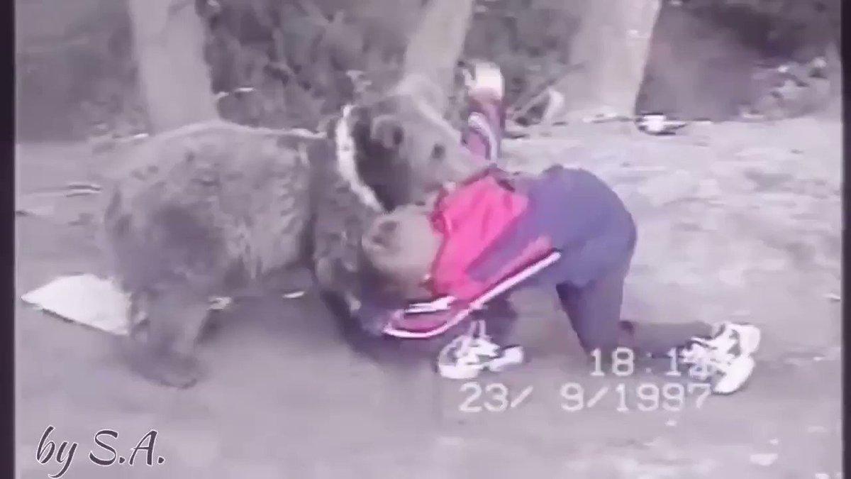 9 yaşındaki Khabib Nurmagomedov ayıyla güreşiyor (1997).  😳😳 🐻🤼♂️