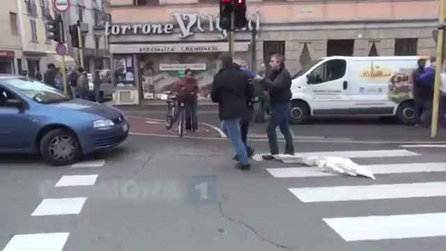 Durante una protesta risorsa offende pubblico ufficiale  ,viene portato via per un controllo i suoi amici si lanciano contro e cercano di strapparlo via dal controllo,,,#vergogna grazie al #pd....🤔🤔🤔⛴#ong #DecretoSalvini e'ora dei rimpatri....👍👍👍👍👍👍