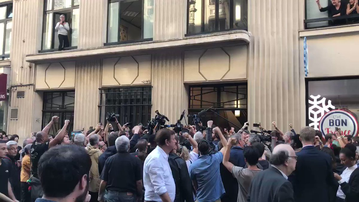 Rassemblement devant le siège de la @FranceInsoumise pour montrer notre indignation face à des méthodes policières d'un autre temps le jour même du #remaniementMinistériel. Indigne d'une démocratie !  - FestivalFocus