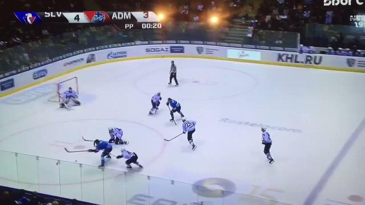 Skvelé striedanie 19-ročného Adama Lišku v 57. min. zápasu proti Admiralu vo vlastnom oslabení. Veríme, že rodeného Bratislavčana čaká aj vďaka zápasom v KHL úžasná kariéra.