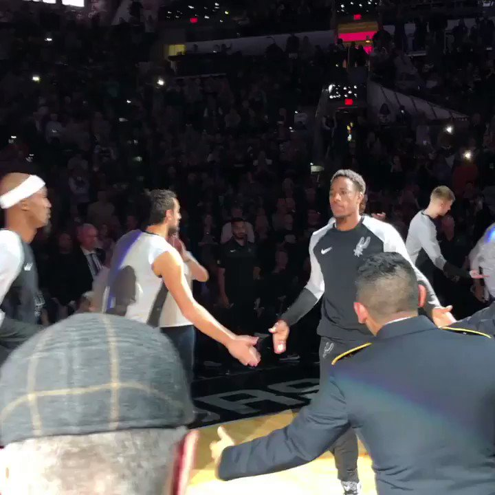 DeMar DeRozan takes the floor for his 1st regular season game with the @spurs! #GoSpursGo https://t.co/tsgCjcCUTs