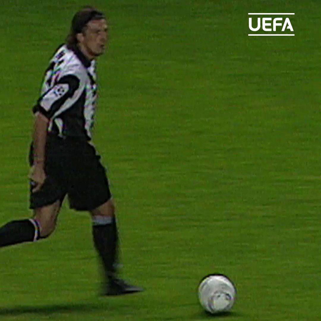 ⚪⚫ Il gran gol di Alessandro #DelPiero allOld Trafford 👏👏👏 Vi ricordate in quale stagione #UCL è stato segnato❓ @juventusfc @delpieroale #Juventus